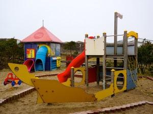 Spaß haben auf dem gut ausgestatteten Spielplatz